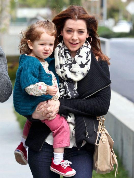 Jennifer Love Hewitt caminando junto con su bebé por la calle