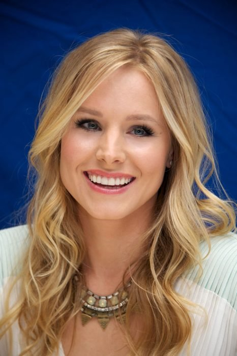 Kristen bell sonriendo en una entrevista