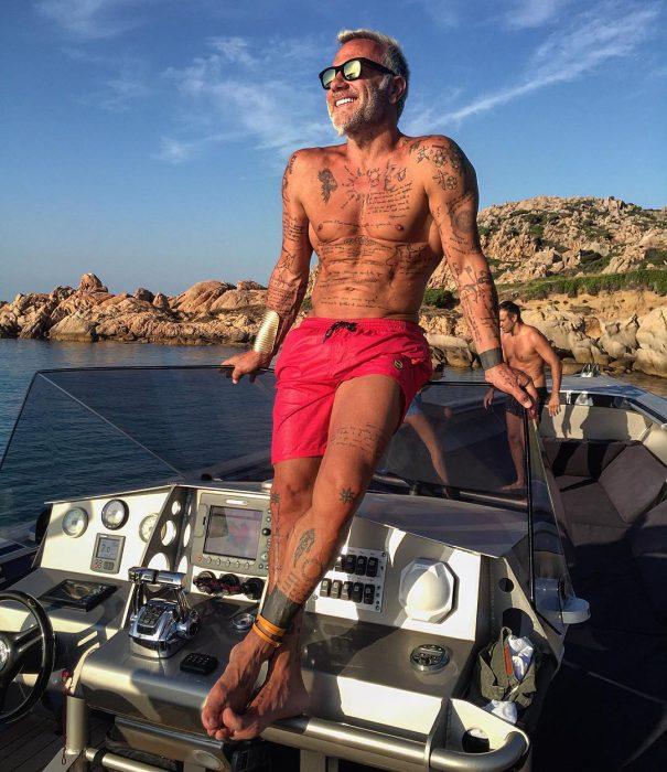 Gianluca Vacchi tomando el sol en su yate