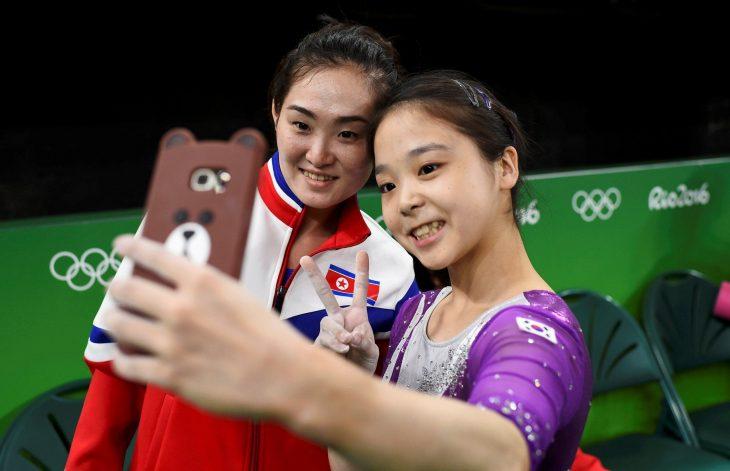 Gimnastas de Corea del Norte y del Sur tomándose una Selfie