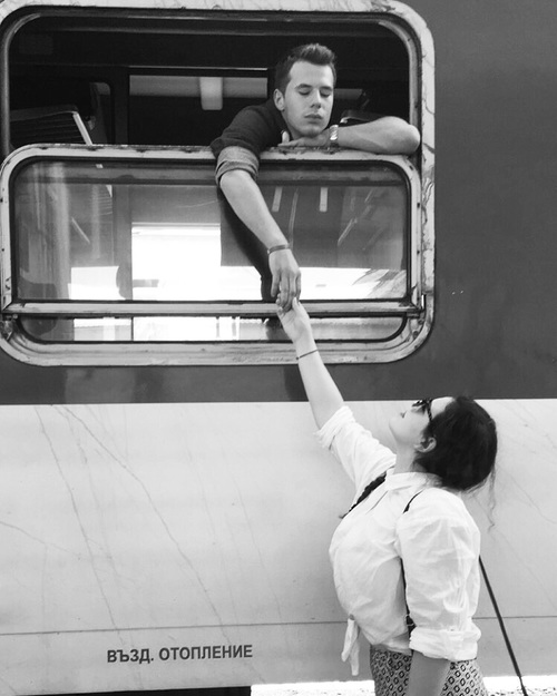 pareja despidiéndose en tren