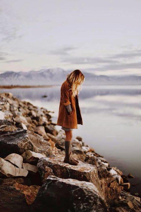 chica de pie ante el mar