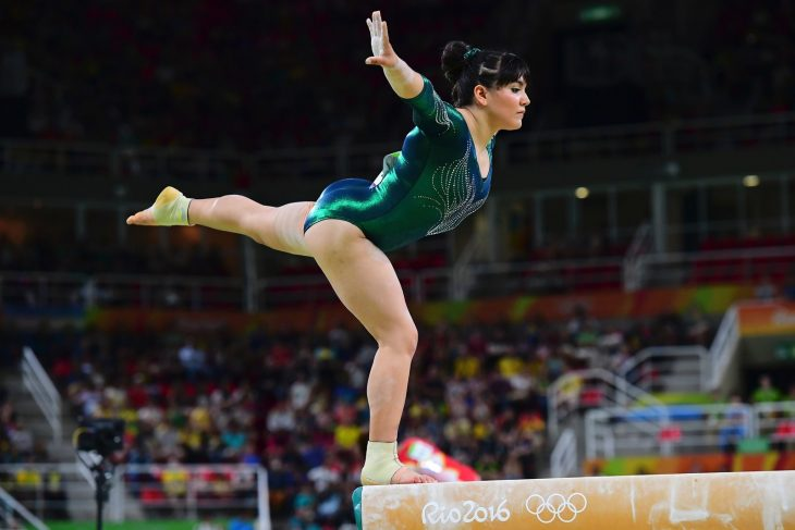 Alexa Moreno en la barra
