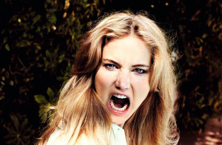 mujer rubia con cara de enojo