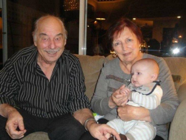 Pareja de ancianos con su nieto en brazos