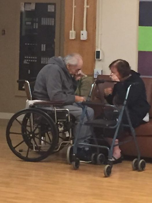 pareja de ancianos sentados llorando