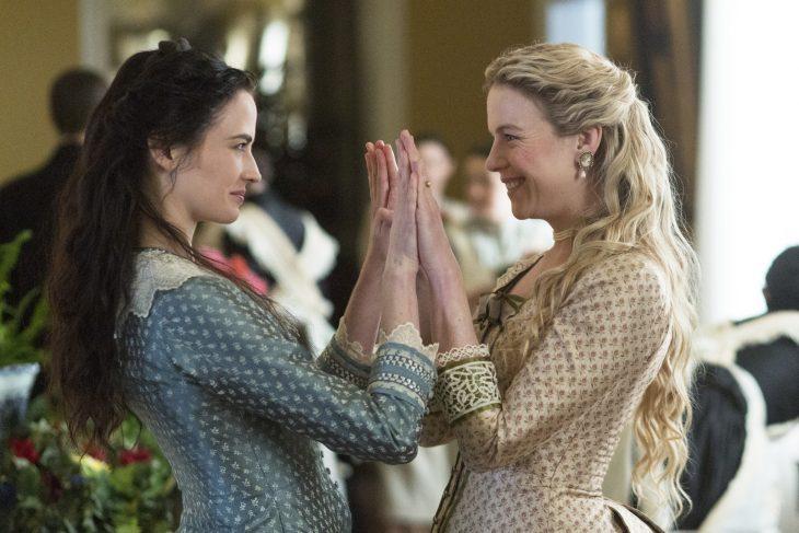 Madre e hija juntando las manos mientras se miran fijamente