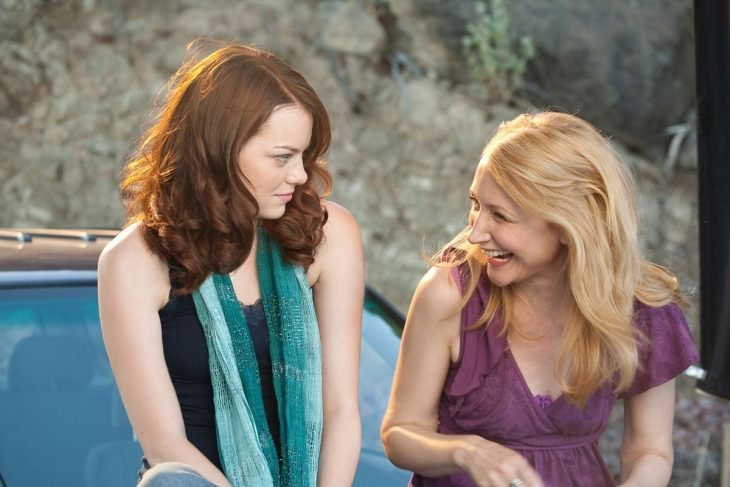 Escena de la película easy a madre e hija conversando