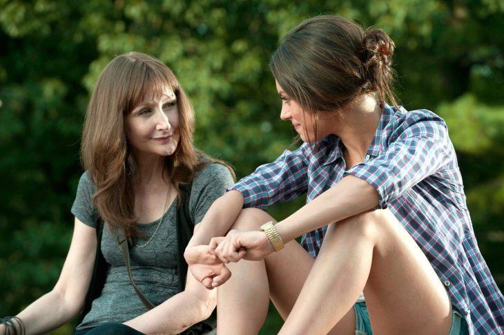 Escena de la película amigos con beneficios. Madre e hija conversando