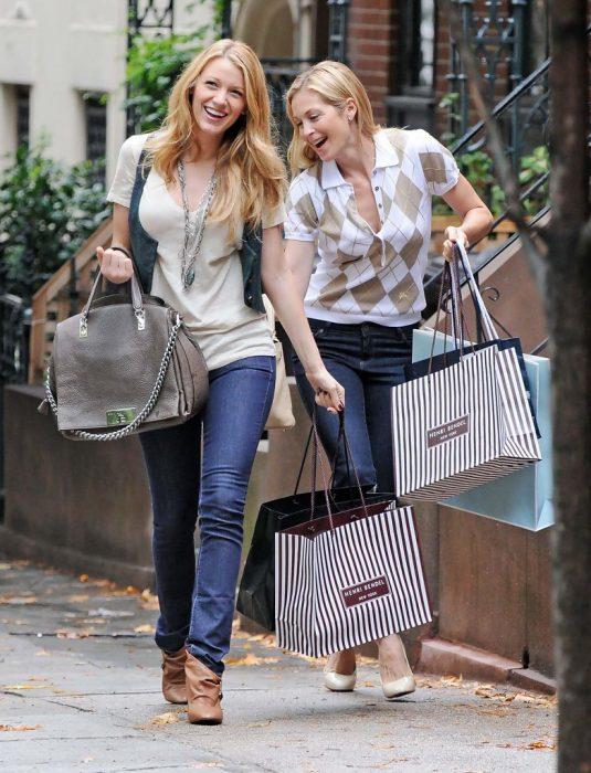 Escena de la serie gossip girls, madre e hija de compras