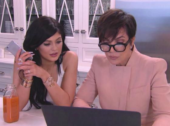 kris y kylie Jenner frente a una computadora
