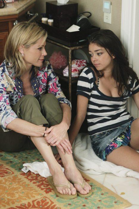Madre e hija de la serie modern family conversando