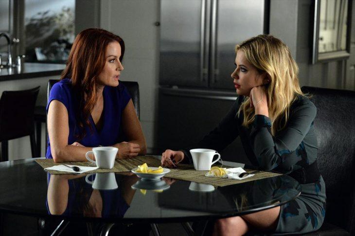 Escena de la serie pretty little liars hanna y su madre conversando en la cocina de su casa