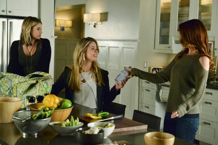 Escena de la serie pretty little liars hana y su madre conversando con allison