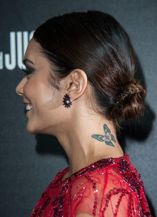 tatuaje mariposa cuello Vanessa Hudgens