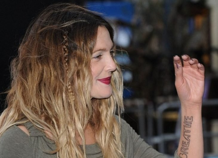 tatuaje antebrazo Drew Barrymore