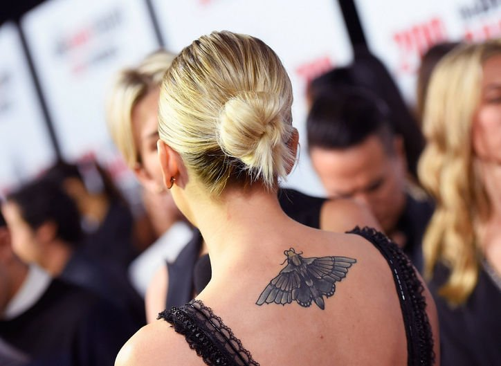 tatuaje espalda Kaley Cuoco