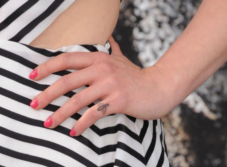 tatuaje meñique abeja Emilia Clarke