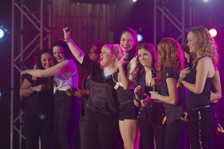 grupo de mujeres en un escenario sonriendo