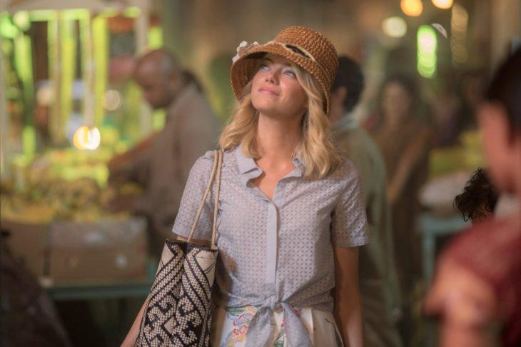 mujer rubia con bolsa y gorra