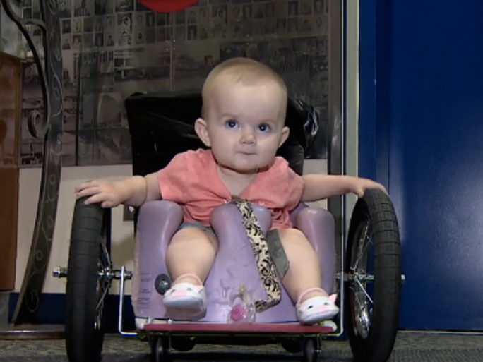 bebé en silla de ruedas
