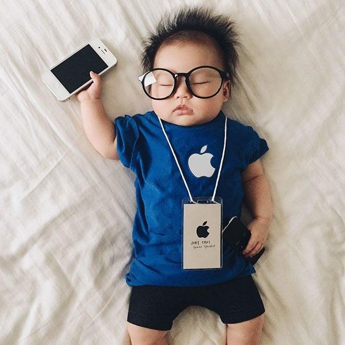 Bebé recostada en la cama disfrazada del empleado del mes