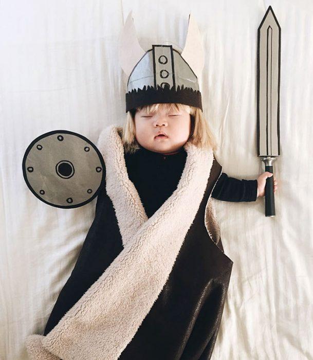 Bebé recostada en la cama disfrazada de Vikinga