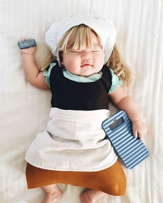 Bebé recostada en la cama disfrazada de la cenicienta