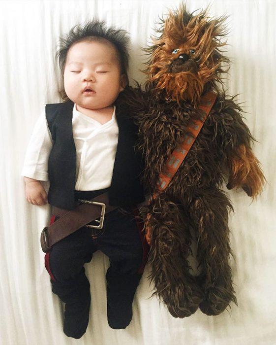 Bebé recostada en la cama disfrazada de Han Solo