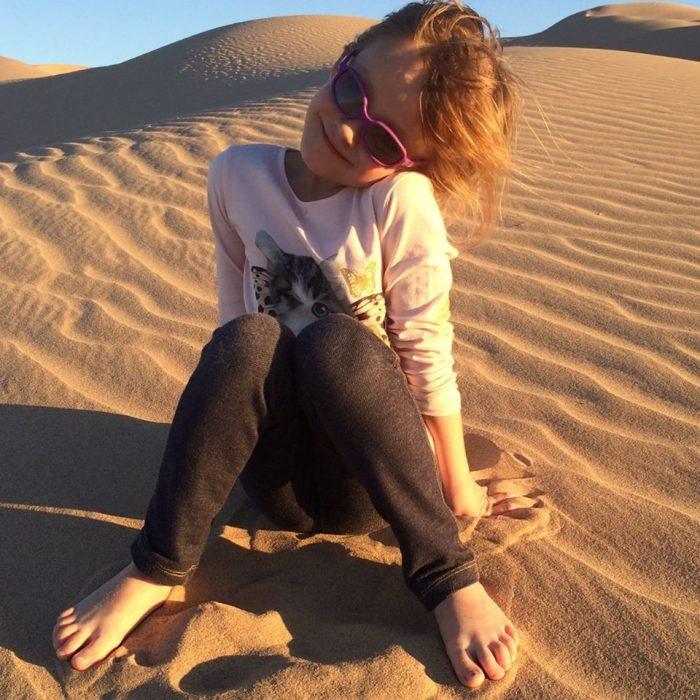niña con lentes en dunas