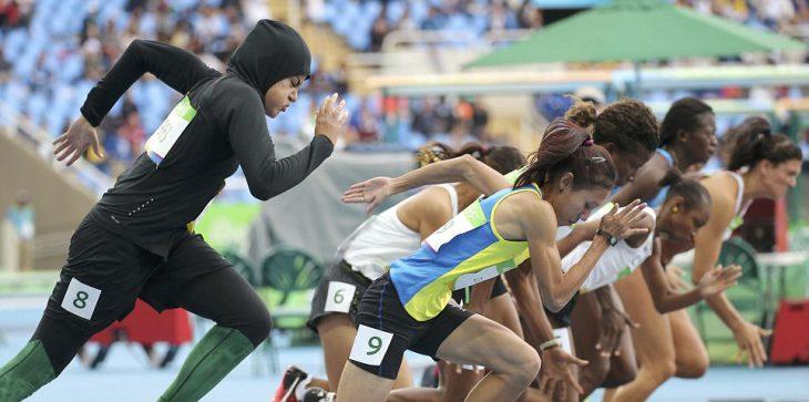 Competidora de Arabia saudita en el momento del arranque de los 100 metros planos
