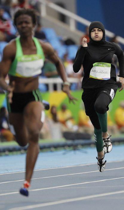 Mujer de Arabia Saudita compitiendo en la carrera de 100 metros planos de los juegos Olímpicos de Rio 2016