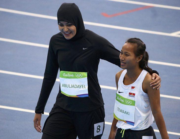 Competidora de Arabia Saudita abrazando a otra compañera de carrera