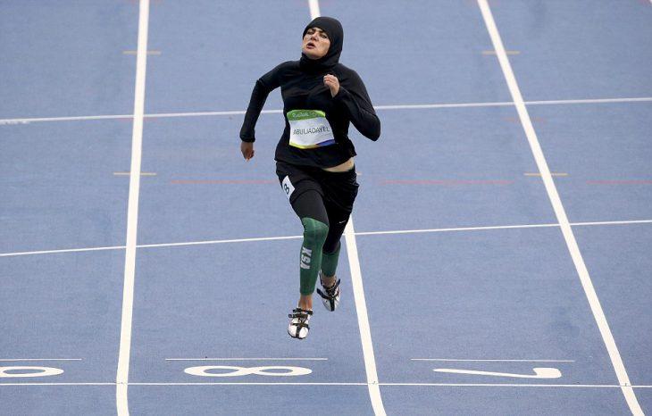 Mujer de Arabia Saudita compitiendo en los 100 metros de los juegos Olímpicos