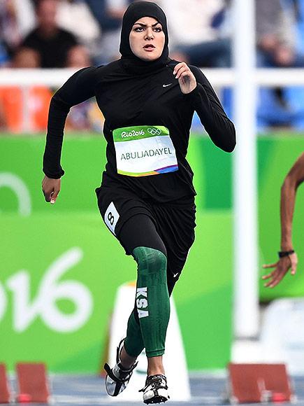 Kariman Abuljadayel compitiendo en la pista de 100 metros planos