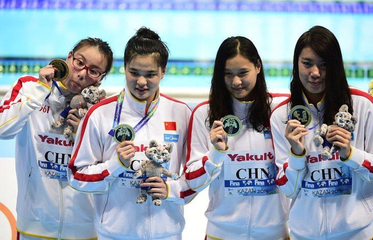 Fu Yuanhi abrazando si medalla
