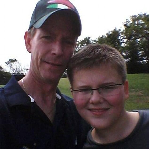 Padre junto a su hijo que se suicido debido al acoso que sufría en la escuela