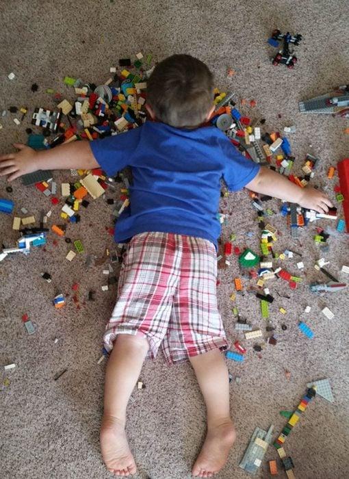 Niño durmiendo sobre sus legos
