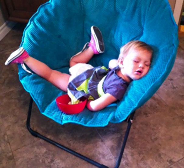 Niño durmiendo sobre un sofá