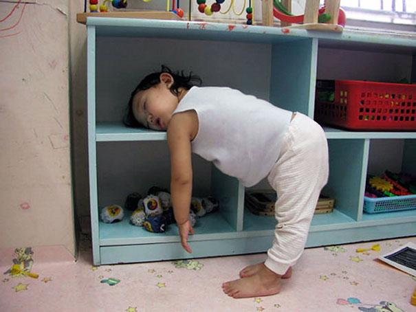 Niña durmiendo sobre un mueble