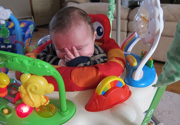 Bebé durmiendo es su carreola