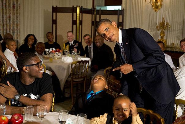 Niño durmiendo durante una cena con el presidente de Estados Unidos