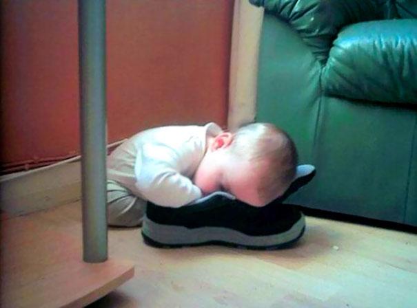 Niño durmiendo sobre un zapato