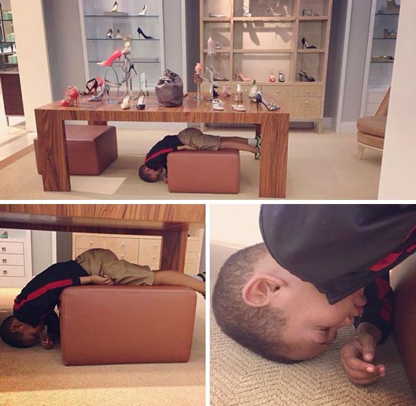 Niño durmiendo en un mueble de una zapateria