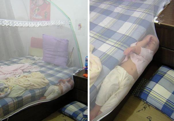 Niña durmiendo entre la tela para mosquitos y la cama