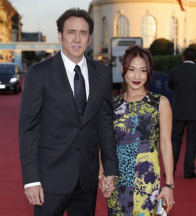 Nicolas Cage tomado de la mano de su esposa