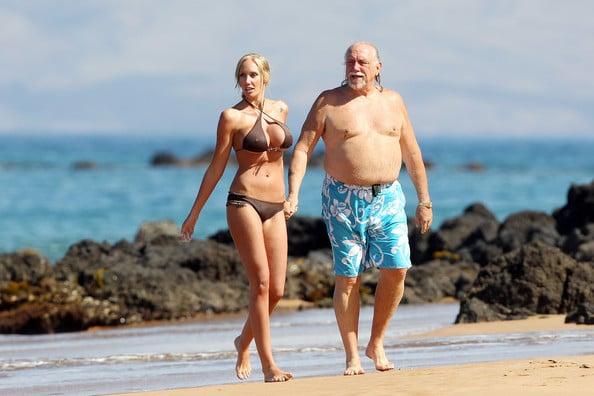 Ben Brown y Jenna Bentley paseando en la playa tomados de la mano