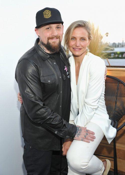 Cameron Dias abrazando a su esposo Benji Madden