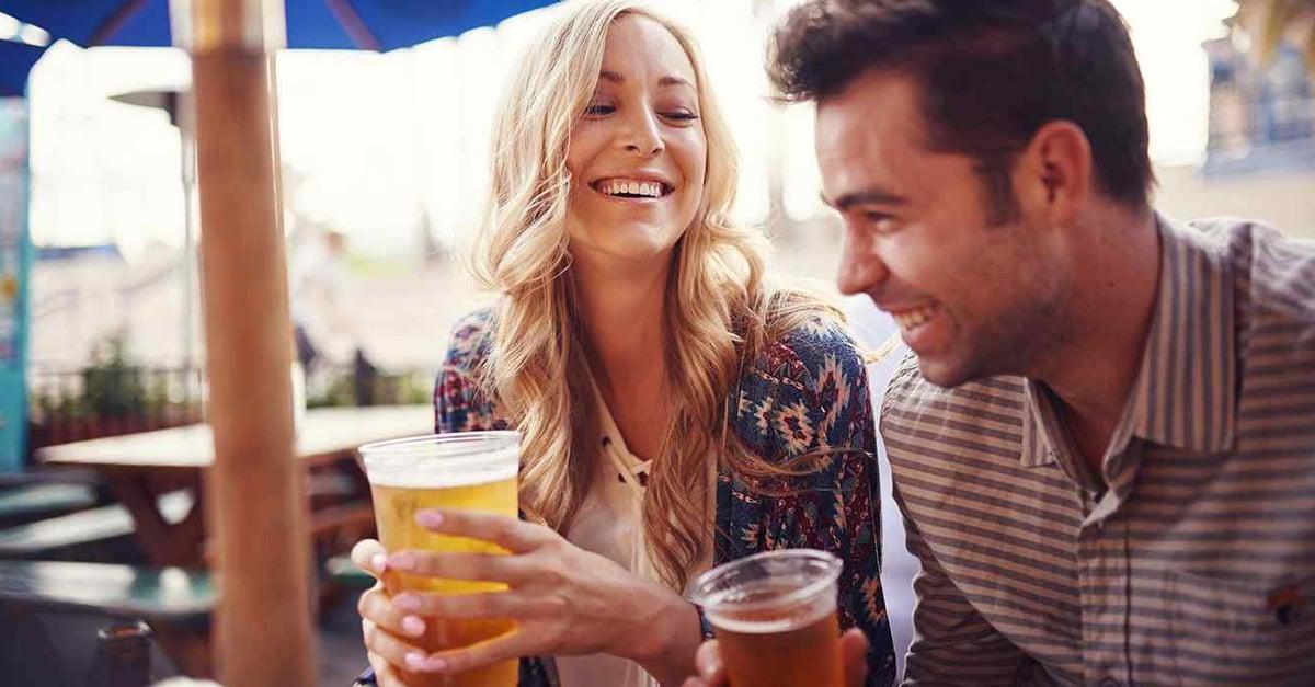 Parejas que beben juntas pueden durar más tiempo, revela un estudio.