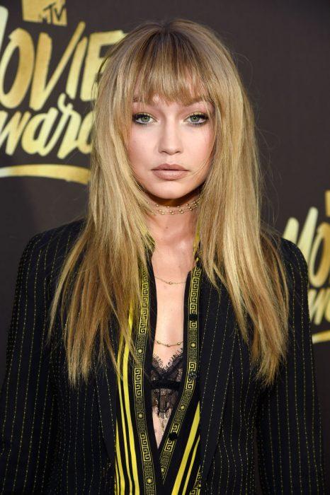 Gigi hadid luciendo un flequillo y el cabello lacio